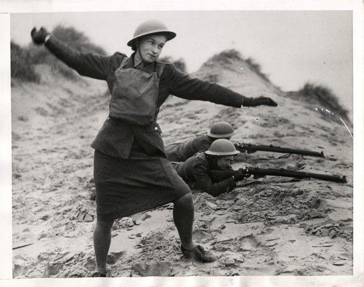 1944 - Grupo de mulheres polonesas comandos, apelidado de Pestkis, a formação mostrado com rifles