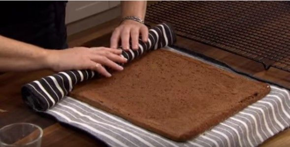 prepara un pan di spagna al cioccolato e appena lo sforna, lo appoggia su un panno da cucina e lo arrotola su se stesso, poi lo lascia riposare. Nel frattempo prepara una crema a base di philadephia e la usa per farcire la torta. La ricopre con uno strato di cioccolato ed ecco la gustosissima girella!  Fonte Video: https://www.youtube.com/channel/UCHWnj9Q4f8nt0LXnKNL0Qyg