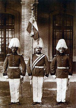 Abanderado y escoltas de la Escuela Militar en 1903