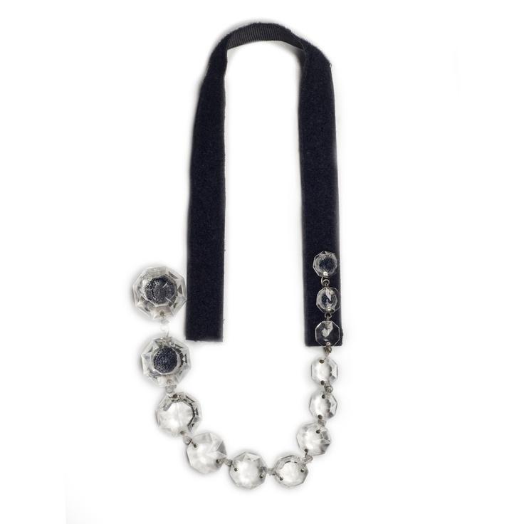 Collana  collana in velcro nero foderata in gros grain con una fila di cristalli chandelier riposizionabile