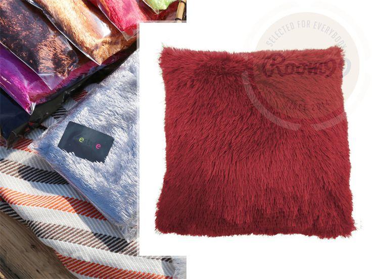 Dekorační chlupaté povlaky bordó barvy na polštář
