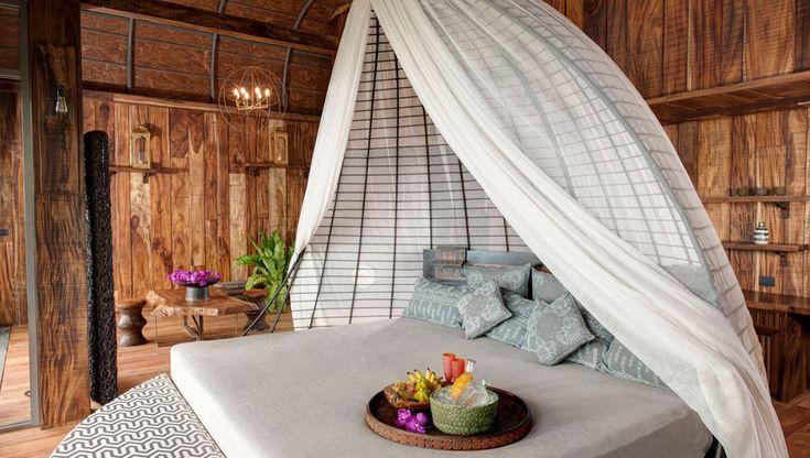 La chambre à l'aménagement exotique permet d'admirer la vue paradisiaque dès le réveil