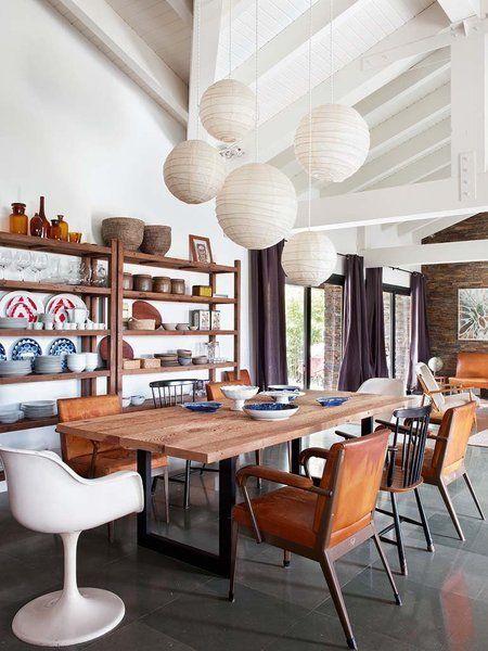 Lámparas de papel y grandes estanterías en el comedor.