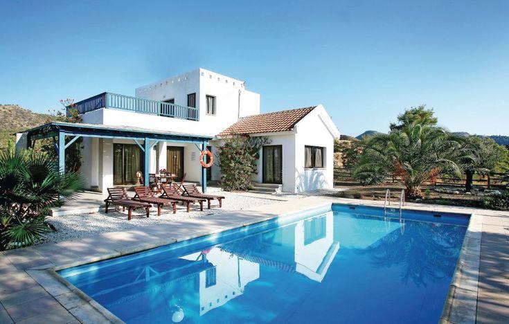 Ferienhäuser - Argaka - CYP015 Umgeben von einem üppigen Grün erwartet Sie diese Villa mit viel Charme und einer modernen Ausstattung für Ihren Traumurlaub. Mit einem ganzjährig geöffneten Pool, Grill, Sonnenliegen und einer wunderbaren, überdachten Veranda mit hochwertigen Gartenmöbeln, bietet auch diese Unterkunft optimale Bedingungen für reichlich Entspannung im Freien.