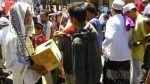 Mahasiswa dan pemuda Bali galang dana untuk Muslim Rohingya  DENPASAR (Arrahmah.com)  Ratusan pemuda dan mahasiswa di Denpasar Bali melakukan aksi penggalangan dana kemanusiaan bagi Muslim Rohingya yang dibantai militer dan Budha ekstrim Myanmar Jumat (8/9/2017).  Pewarta warga Herdian Amandhani melaporkan usai shalat Jumat. ratusan pemuda dan mahasiswa Bali yang tergabung dalam Aliansi Pemuda Peduli Rohingya diantaranya KAHMI HMI PII IMM IPM Pemuda Muhammadiyah KOKAM GP Anshor Puskomda Bali…