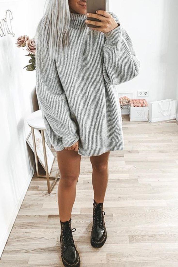 Mode femme automne/hiver avec une robe pull grise épaisse col roulz' et Doc Martens