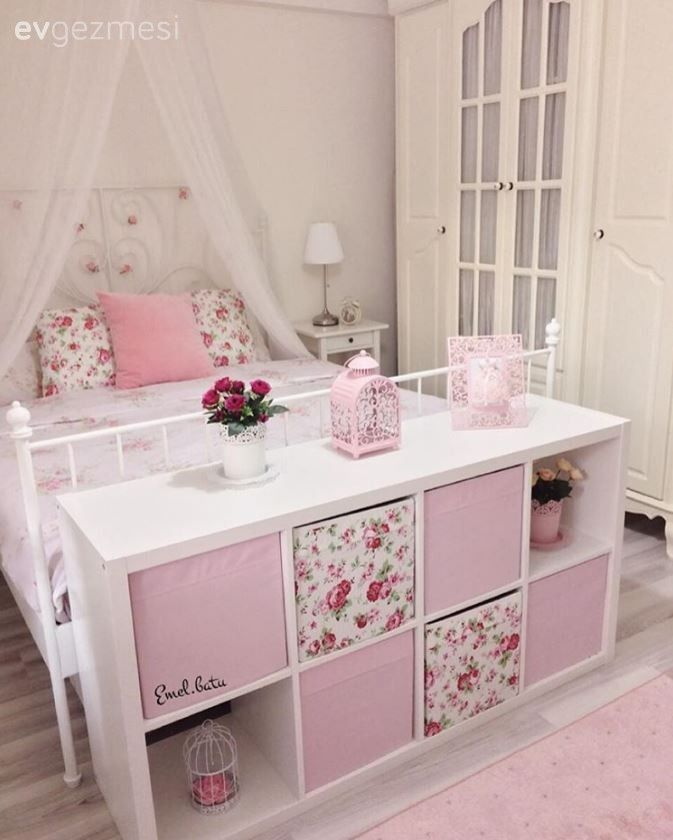 Emel hanımın dolap hariç tamamı Ikea'dan alınmış mobilyalarla, zarif ve iç açıcı bir ortam oluşturduğu yatak odası dekoru sizlerle.. Uçuk pembe ve beyaza eşlik eden çiçek desenlerle çok iç açıcı bir g...