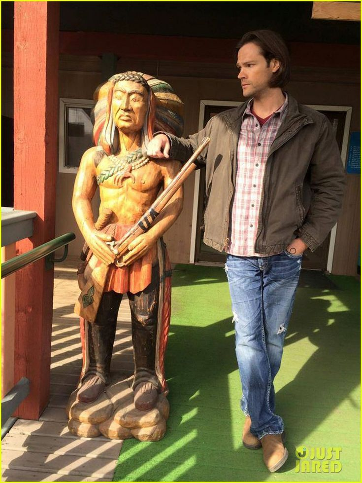 Jared Padalecki just hangin' out looking very cute next to his new buddy. (-: