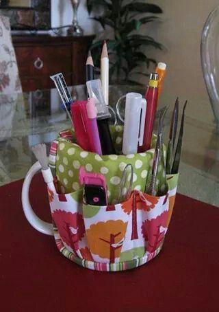 Tazza rivestita di stoffa come porta penne matite