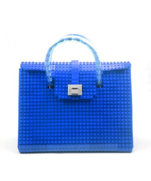 This blue AGABAG tote is a chic choice for everyday use. It is handcrafted with LEGO bricks. Its interior is generously proportioned to fit all of your daily essentials, including an iPad and work documents.