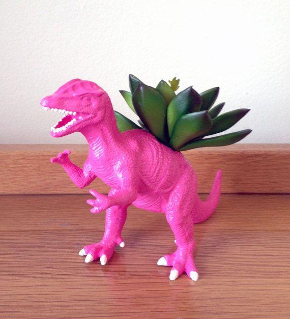 Se trata de una sembradora de dinosaurio dilophosaurus rosa caliente reciclado pequeña. Sólo un juguete para niños ha sido una vez en una maceta fresco que es ideal para cualquier habitación. Estas macetas son muy populares entre los estudiantes universitarios y se ven muy bien en sus dormitorios y agregarán un pop bonito de color a cualquier habitación. Estos chicos poco realmente llamar la atención así los que antes de su desaparecido.  Medidas sobre: 7 L X 5 H  El tipo de plantas que te…