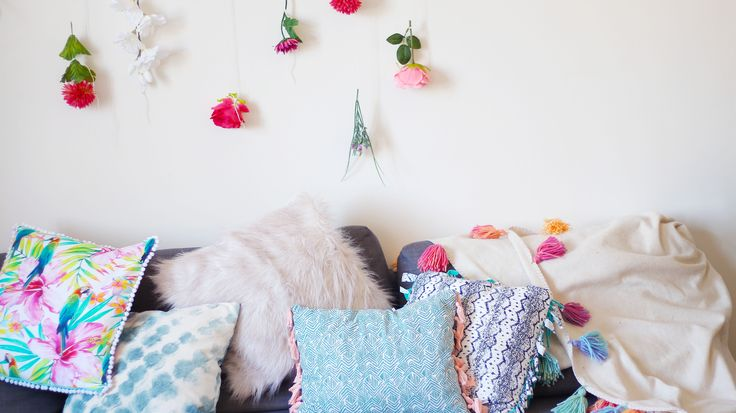 Spring Room Decor & Home Deoration Ideas on a Budget. DIY Fringes, boho style, pillows, pompom, colour, hanging wall, flowers...