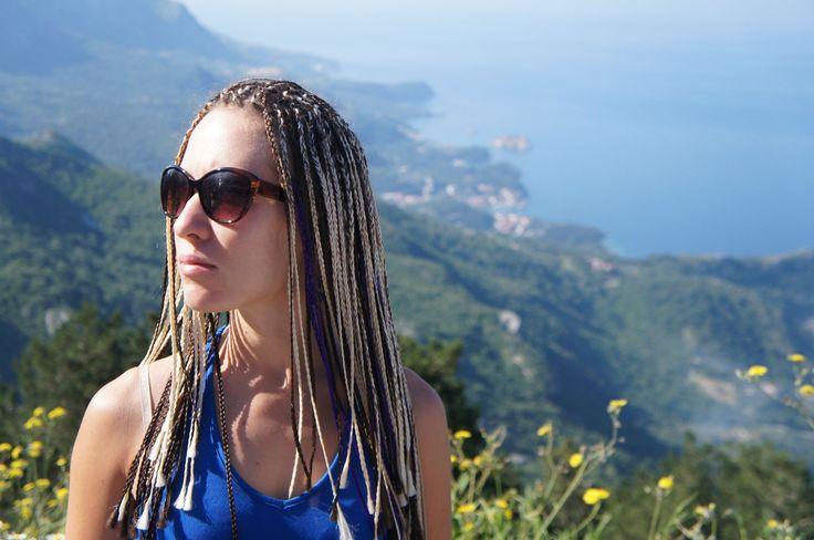 19.4 Резюмируя, для моих волос выбираю чаще всего только 4 подходящие прически: крупные локоны (увеличивают объем распущенных волос), высокий хвост, собранные наверх волосы либо африканские косички, но носить их можно максимум 6 недель.  PS На фото я.