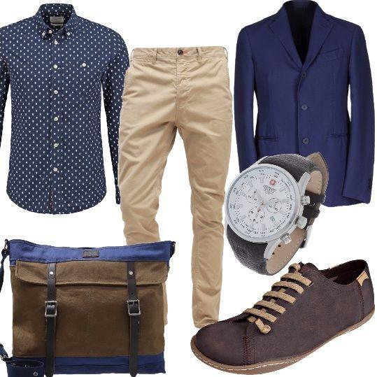 Giacca blu con abbottonatura classica, camicia blu con motivi, pantalone stretto casual. Scarpa stringata dalla linea particolare per l'uomo che vuole essere elegante e alla moda. Maxi borsa in morbido cotone con dettagli in pelle e fibbie.