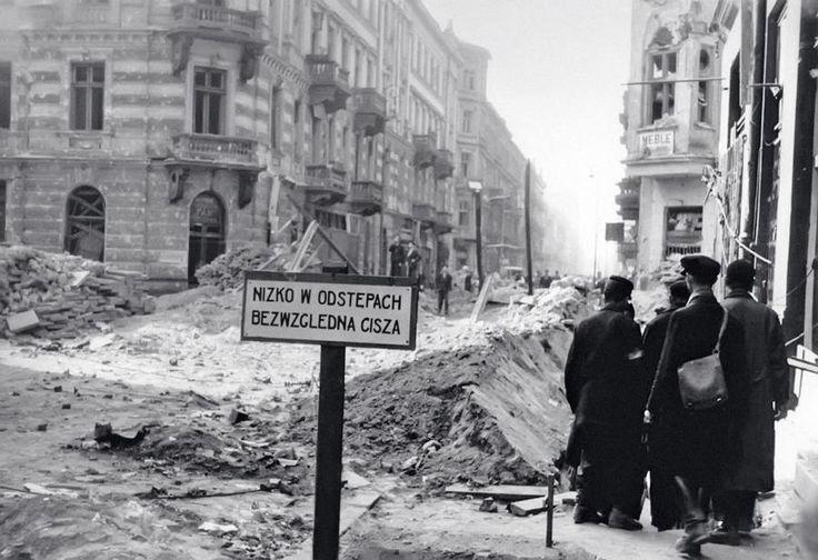 """Warszawa - narożnik ul. Żelaznej i Złotej (po lewej budynek """"Pekinu"""") w czasie Powstania Warszawskiego (1944)"""