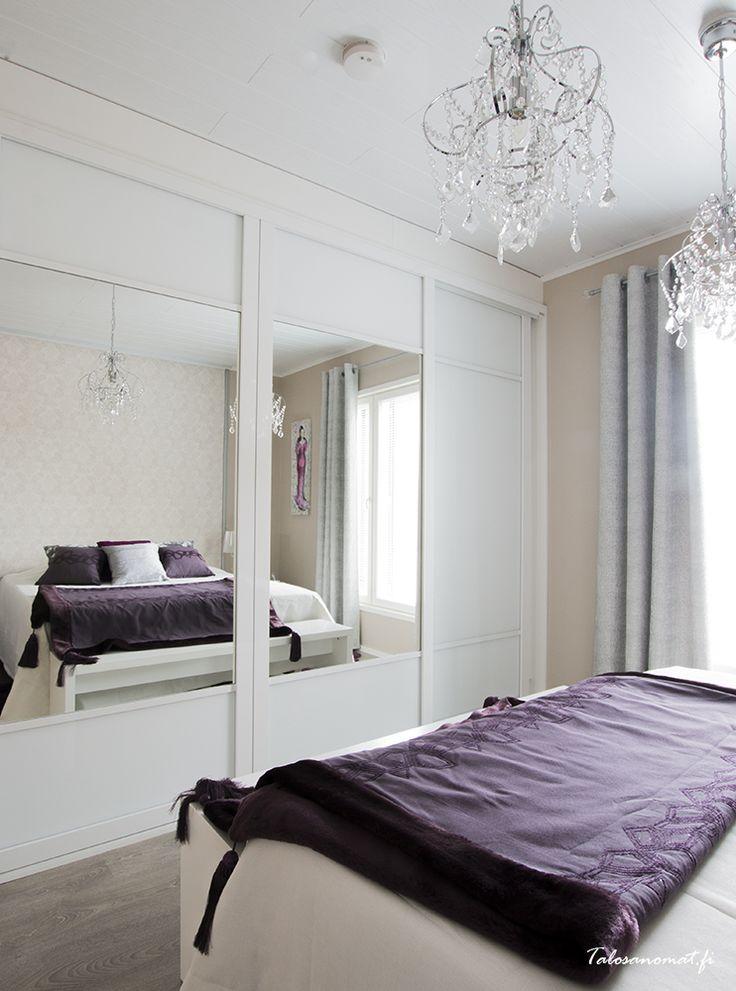 Vanhempien makuuhuoneessa on luumunsävyä ja luksusta.