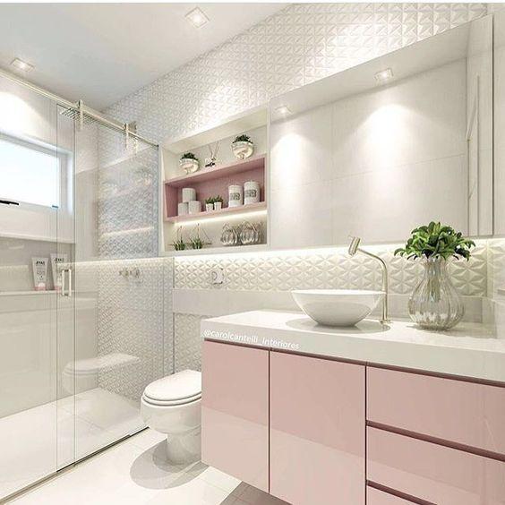 Rosa no banheiro com este lindo revestimento na parede: amor!
