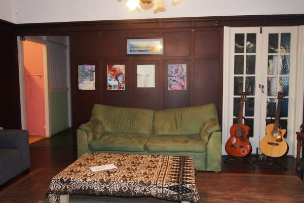 Looking for two new housemates to join our awesome large old Queenslander sharehouse very centrally located in Kangaroo Point to move in around the 8th of June. Right near story bridge, 10 minute bike ride from city and valley and short walk to Woolloongabba bus station and shops. The rooms are cosy and bright, we have a big living room, colourful kitchen, big back yard plant oasis, big downstairs chill out space and laundry.  Current housemates are two girls in our 20s, a full time…