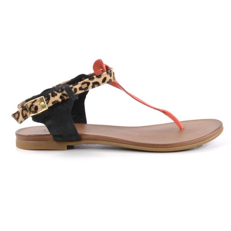 Deze multicolor sandalen hebben een heerlijk zacht leren voetbed. De bandjes zijn aan de binnenzijde gevoerd met leer en het bandje op de wreef heeft een koraal kleur. De band om de enkel heeft een luipaarden print. De sandalen kunnen gesloten worden met