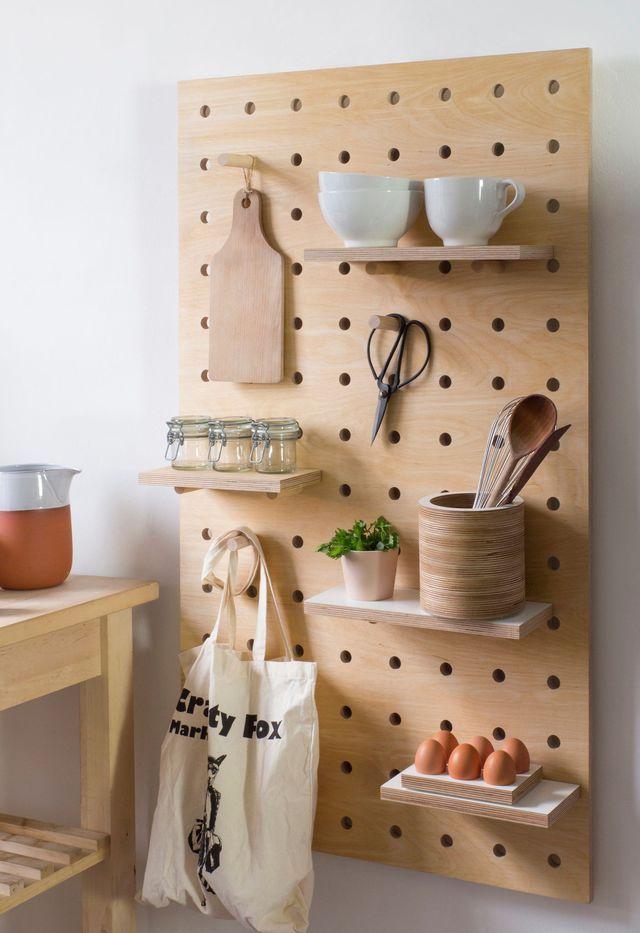 Peg board : un panneau en bois naturel pré-perforé livré avec des étagères et des patères à installer comme on le souhaite.  Tableau perforé, 66 x 114 cm, à partir de 250 euros, Kreis Design.