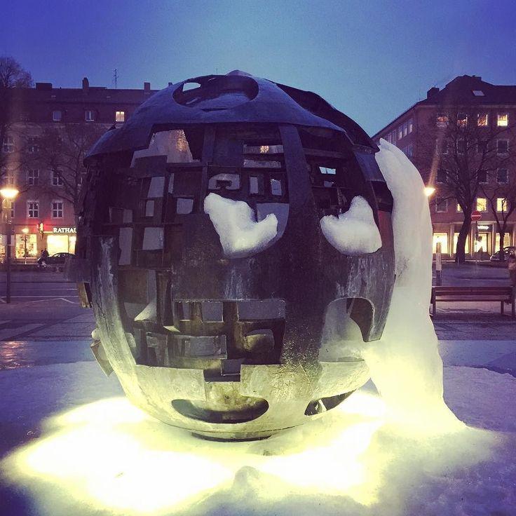 Das Eis schmilzt am Kugelbrunnen vor dem Rathaus in #Bayreuth. Die Kunst verschwindet. Der Frühling dürfte aber noch auf sich warten lassen.  #theculturetrip #visitbayreuth #walkofwagner #wagnerstadt #rathaus #brunnen #culturetravel #instagram #instaice #franken #bayern