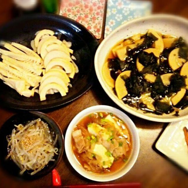 地元で頂いた竹の子の灰汁抜きは♪ 今回はお米で! 前の晩にお米を半合~1合入れてグツグツ そのまま翌日はお粥状態でお米が灰汁を吸ってくれて美味しくなります。 - 21件のもぐもぐ - 竹の旬で晩ごはん   #若竹煮 #筍お刺身 #肉豆腐 #もやしの酢の物 #焼き鮭 by FFY