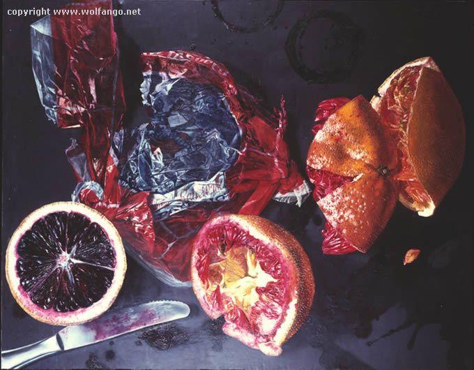 Le arance sul tavolo di plastica nera
