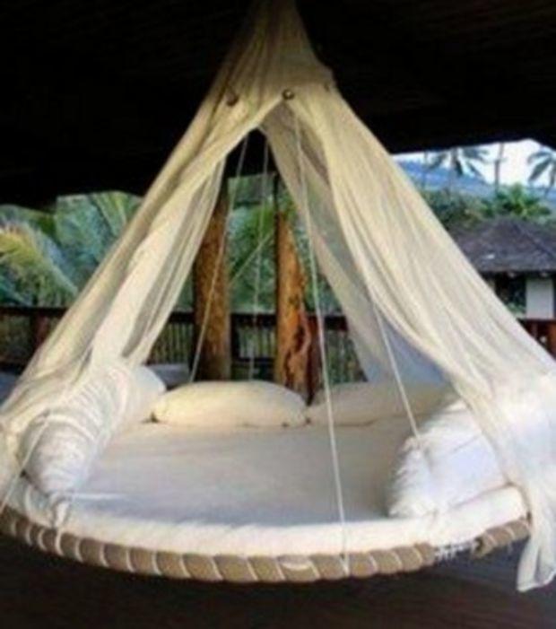 Utiliza la cama elástica para hacer una cama suspendida en el exterior