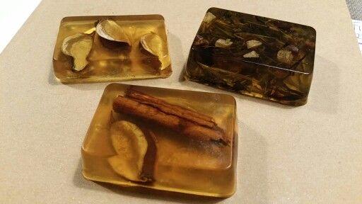Natural handmade soap. Gesmolten glycerine zeep met honing er doorheen. Leuk om er thee bij in te doen!