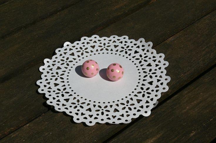 Náušnice růžové s puntíky Náušnice jsou vyrobeny ze dřeva jsou malovány akrylovou barvou, náušnice jsou přelakované. Na zadní straně puzetka, součástí jsou gumové zarážky. Průměr náušnice je 15 mm.