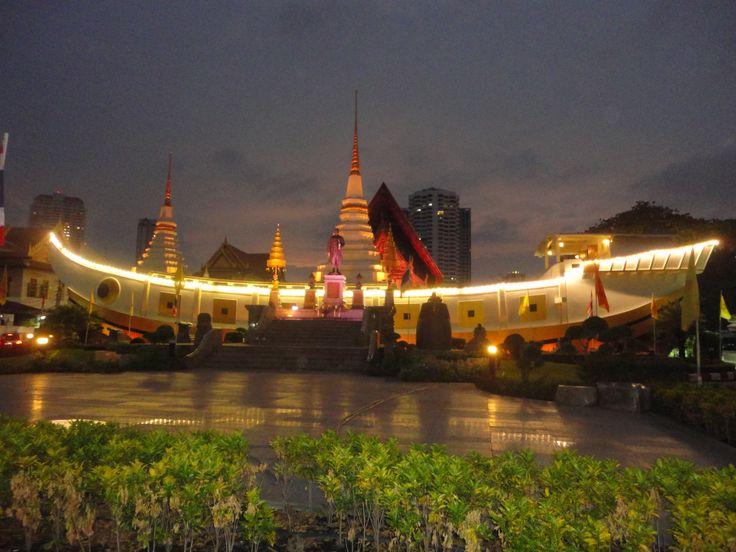 Wat Yannawa (boat temple), Bangkok, Thailand, at dusk. Photo: Pat Hinsley