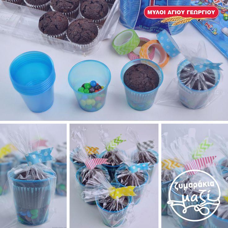 Μια έξυπνη ιδέα για λιχουδιές σε ένα παιδικό πάρτυ!  Θα χρειαστείτε: πλαστικά και χρωματιστά διάφανα ποτηράκια, κεκάκια μικρά ,πολύχρωμες αυτοκόλλητες ταινίες, τα αγαπημένα χρωματιστά καραμελάκια και διάφανες ζελατίνες. Τοποθετήστε τα χρωματιστά καραμελάκια στον πάτο του ποτηριού και από πάνω το κεκάκι. Τυλίξτε με την διάφανη ζελατίνα και κλείστε με την αυτοκόλλητη ταινία. Οι λιχουδιές είναι έτοιμες!