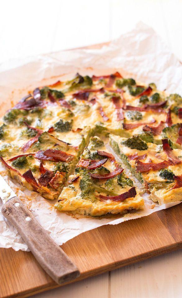 Connaissez-vous le principe de la quiche sans pâte? Découvrez-le avec notre délicieuse recette de quiche sans pâte au brocoli, chorizo et chèvre frais.