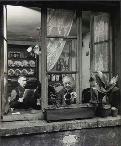 Concierges, rue du Dragon, Paris 1945 by Robert Doisneau