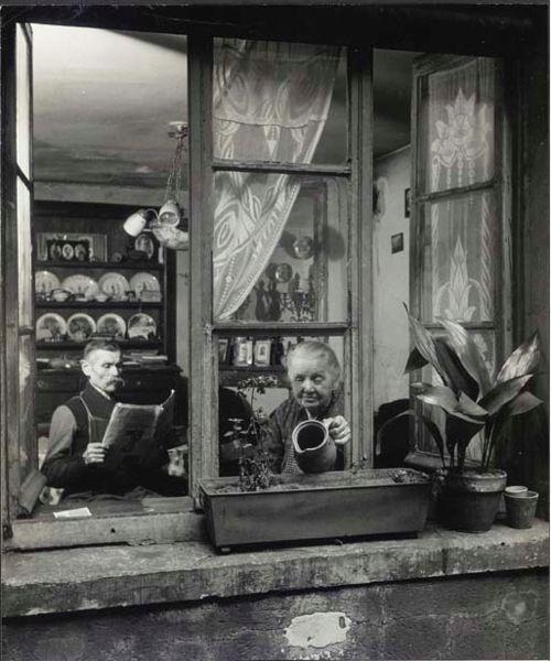 Concierges, rue du Dragon, Paris 1945 by Robert Doisneau