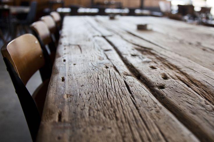 Εσωτερικός minimal χώρος με ξύλινα καθίσματα και τραπέζια.Μια εναλλακτική πρόταση για να απολαύσεις τον καφέ ή το cocktail σου!