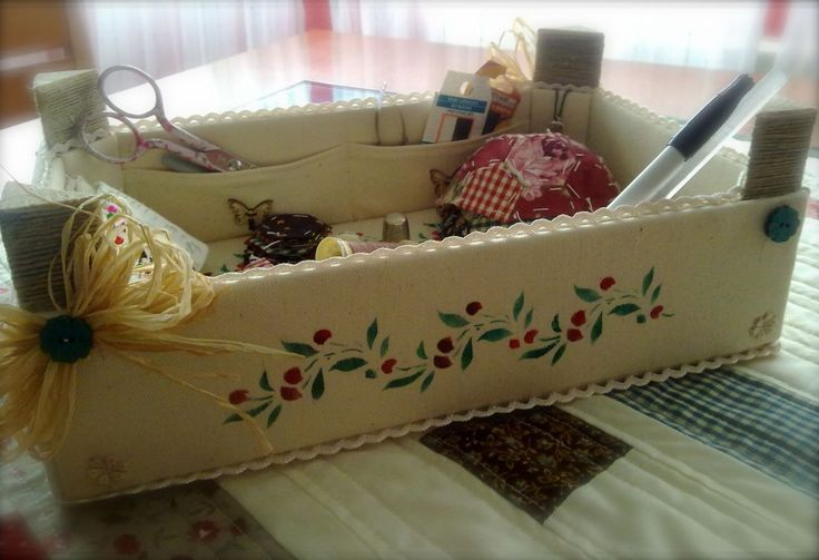 Caja de costura despues de transformar una caja de fresas