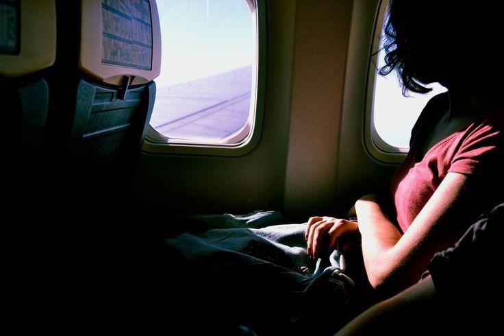 Mit einem Reisekissen und ans Fenster gelehnt schläft es sich auch im Flugzeug gut.