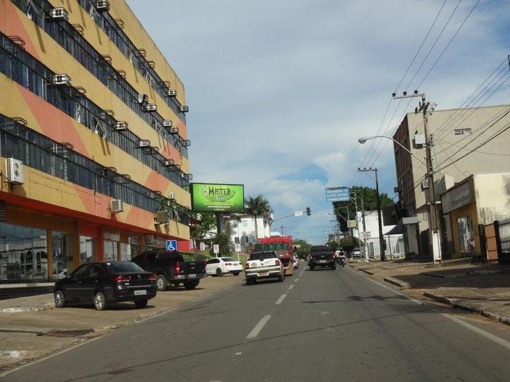 11. Avenida Marechal Rondon.  Foto desatualizada do trecho da avenida, passando no centro comercial da cidade. Ao lado esquerdo está o Shopping Marechal Rondon. Há projeto para construção de um novo na entrada da cidade, sentido sul-norte ou Cuiabá-Porto Velho.
