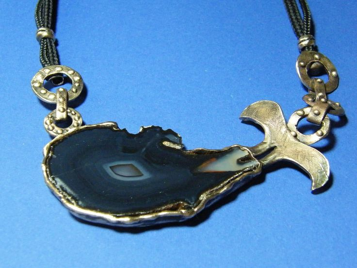 W czasach nazwanych przez współczesnych starożytnością, żyjący na Sycylii Włosi odkryli, że zbierane z okolic płynącej przez dolinę rzeki niezwykłej urody kamyki posiadają magiczne właściwości: każdy, kto nosił je przy sobie lub miał je w domu, stawał się radosny, spokojny i pozytywnie nastawiony do otaczającej go rzeczywistości.  http://www.bejewels.pl/agat-skladnik-bizuterii-dla-szczesliwych/