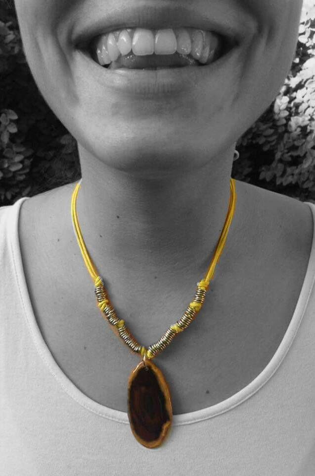 collar de piedra, con detalles de argollas y cuerda