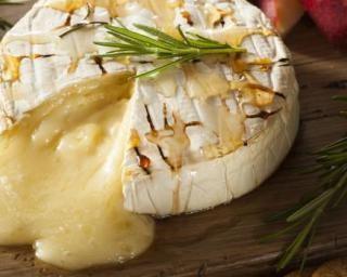 Camembert rôti aux graines de sésame et dips de légumes : http://www.fourchette-et-bikini.fr/recettes/recettes-minceur/camembert-roti-aux-graines-de-sesame-et-dips-de-legumes.html