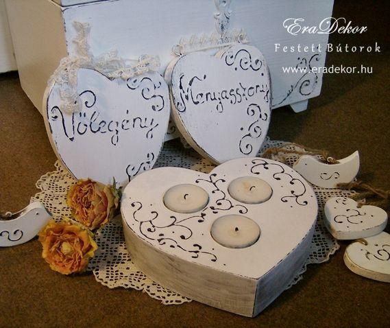 Rusztikus festett fa szívek Menyasszony és Vőlegény feliratokkal. Fotó azonosító: ESKSZIVEK10