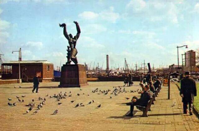 Plein 1940 monument De Verwoeste Stad van Ossip Zadkine, rond 1960