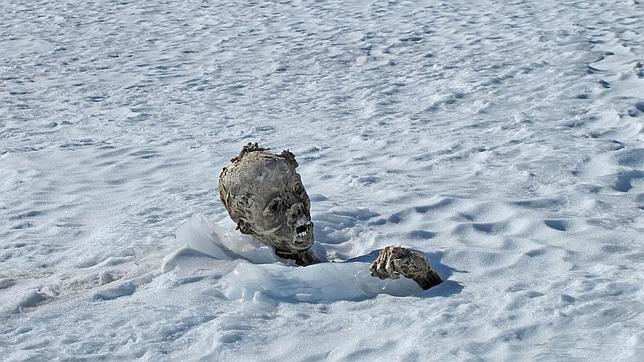 Los dos cuerpos se encontraban muy cerca en el volcán Pico de Orizaba, Hallan dos momias congeladas a 5.270 metros de altitud en México EFE / PUEBLA (MÉXICO) Día 06/03/2015 - 10.09h TEMAS RELACIONADOS MontañasMexicoAlpinismo Los dos cuerpos se encontraban muy cerca en el volcán Pico de Orizaba EFE Una de las momias halladas en el volcán Pico de Orizaba, en México Un grupo de alpinistas mexicanos que ascendió la madrugada de este jueves al volcán Pico de Orizaba(o Citlaltépetl) para recuperar…