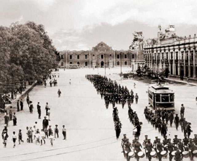 Alameda de Tlatelolco, hoy Jardin Santiago, al fondo la Prisión Militar de Santiago Tlatelolco que inició funciones a fines de 1883, para militares y prisioneros políticos. A la derecha se levanta el Edificio de la Aduana construido por el Arquitecto Rivas Mercado en 1884. ca. 1915