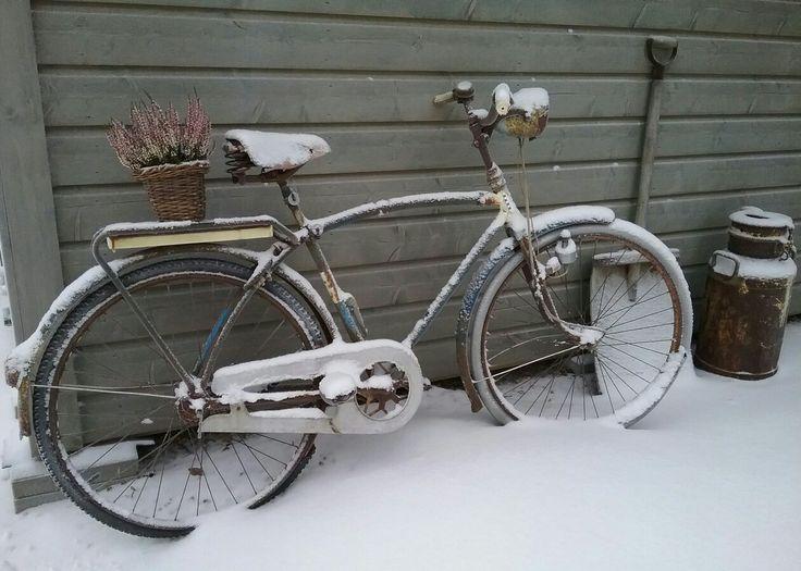 Vanha pyörä puutarhan koristeena, aarrerati.fi-verkkokauppa
