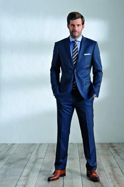 Синий классический костюм мужской