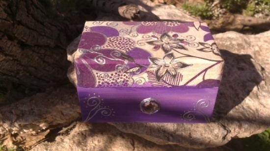 cajita de madera en violeta  papel  acrílicos,piedras de lucite,relieve artesanal