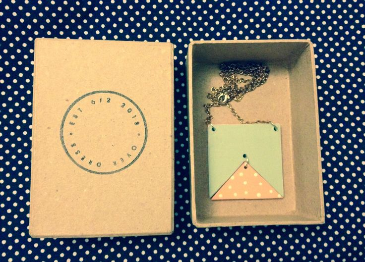 Overdress swinging triangle necklace
